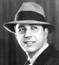 Gardel con su característico sombrero